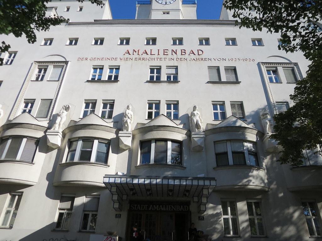 Amalienbad, Piscine Art Déco (1926) - Reumannplatz 23 ... serapportantà Piscine De Vienne
