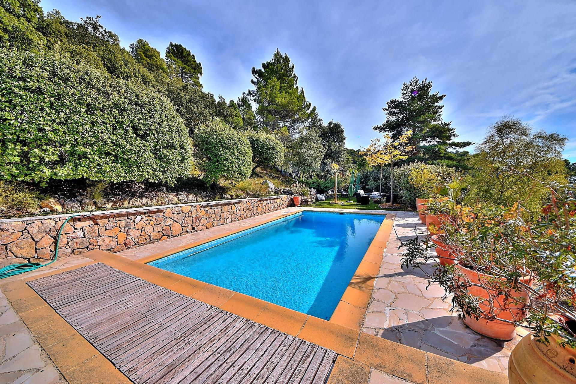 Belle Maison Traditionnelle Avec Piscine - Vue Panoramique ... destiné Piscine Bouc Bel Air