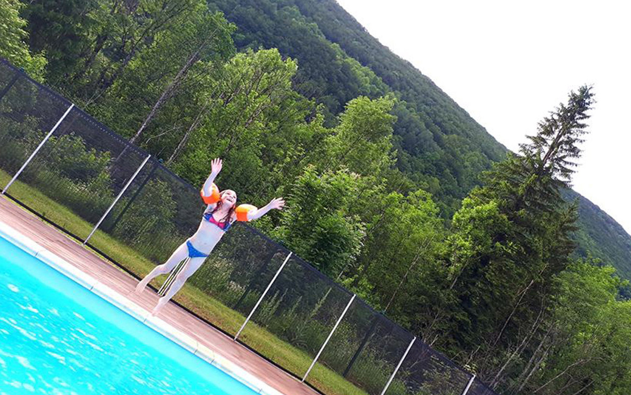 Camping Le Valserine Chezery Forens, Chalets, Emplacements ... serapportantà Camping Jura Piscine