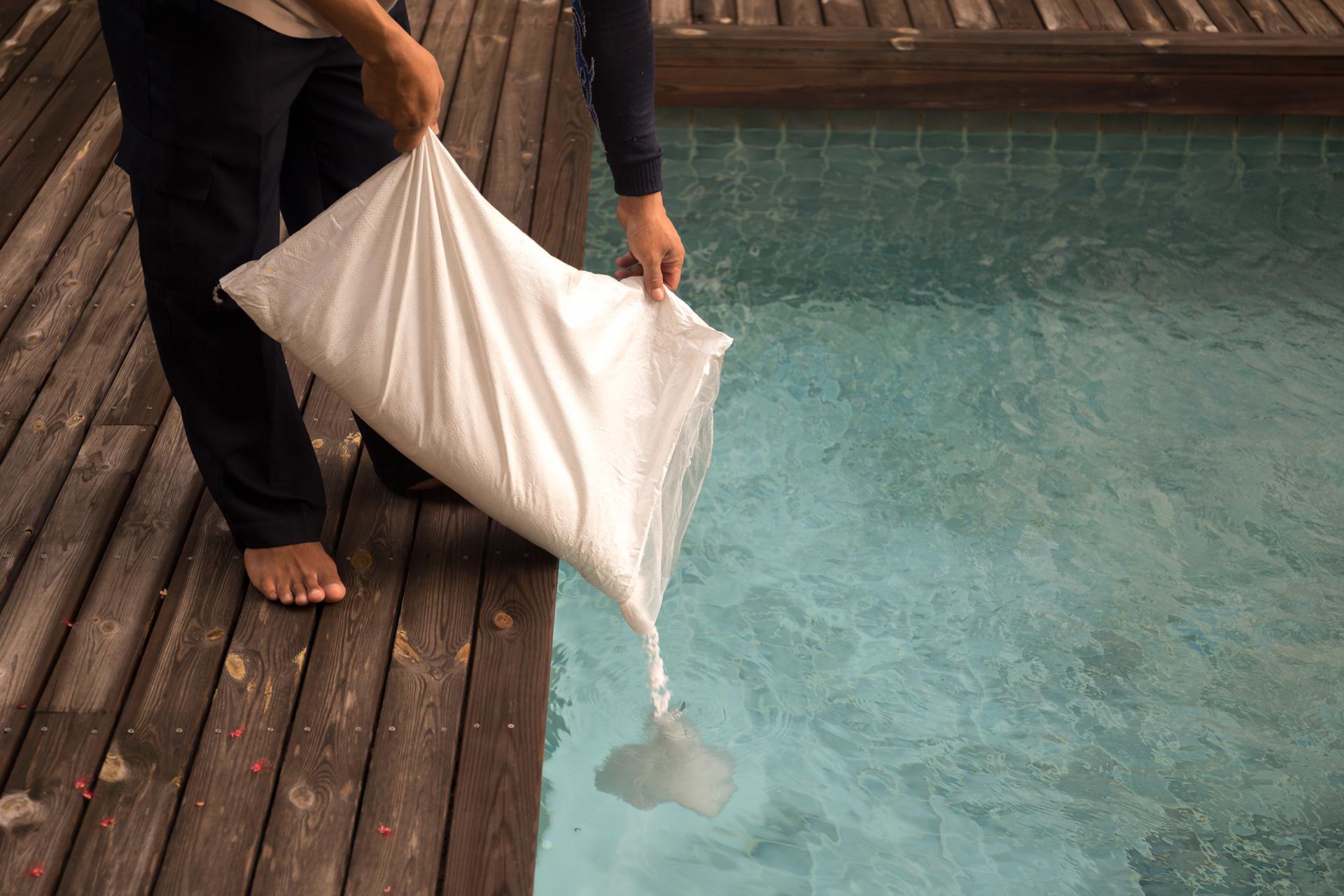 Chlore Ou Sel, Quel Traitement Pour Votre Piscine ? - Aquapolis avec Sel De Piscine