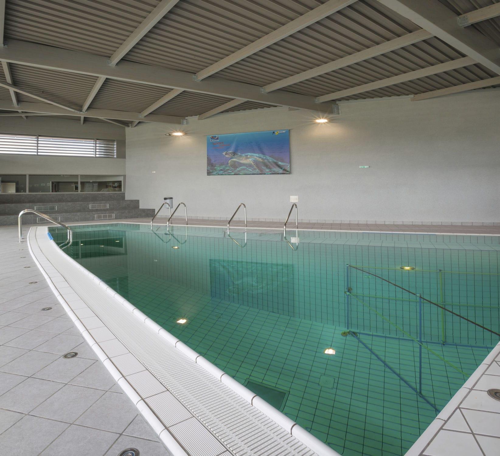 Concrete Competition Pool / Public / Indoor / Indoor ... intérieur Piscine Annemasse