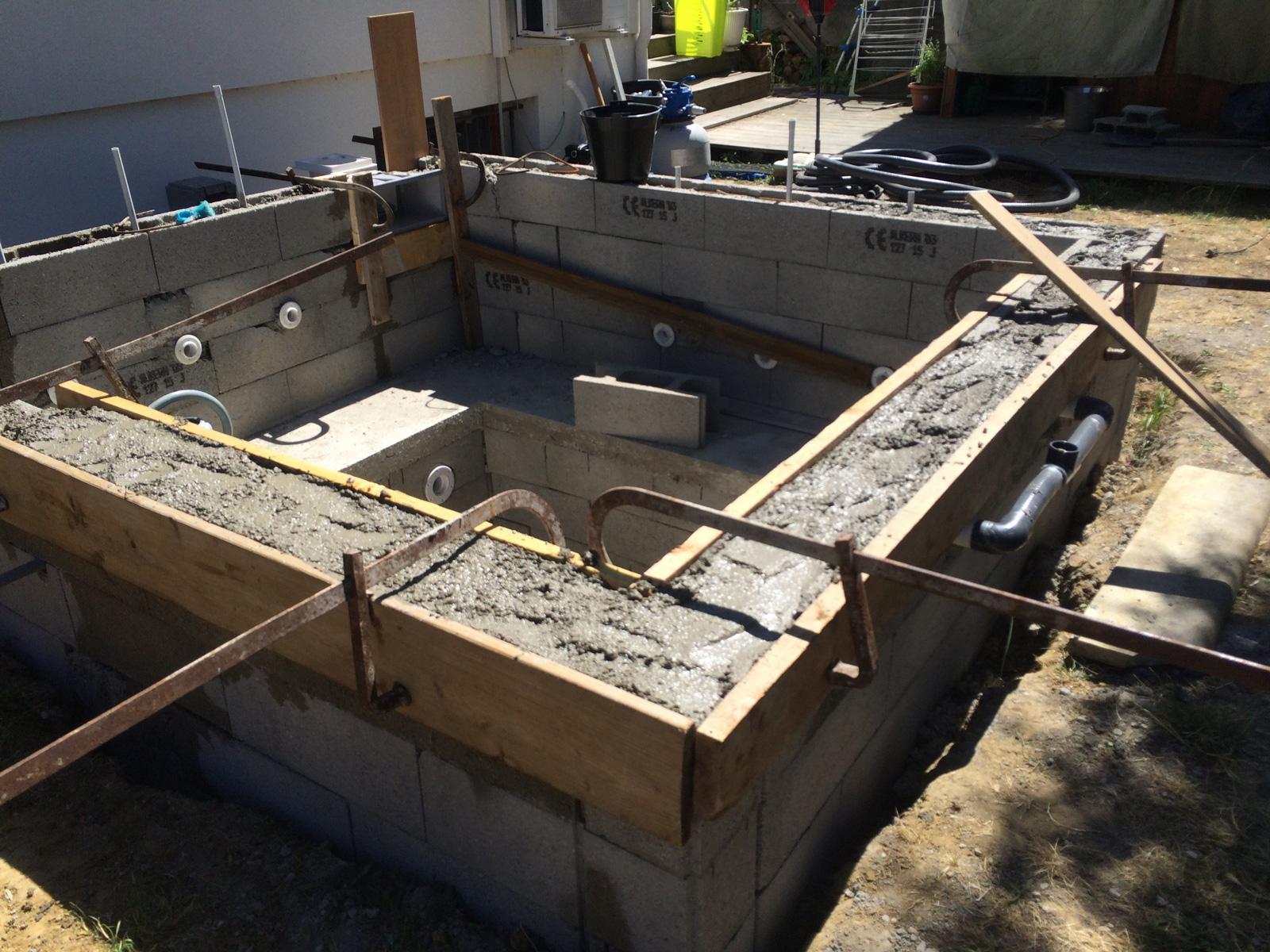 Construction D'une Petite Piscine En Béton Équipée Spa ... tout Enduit Piscine Béton