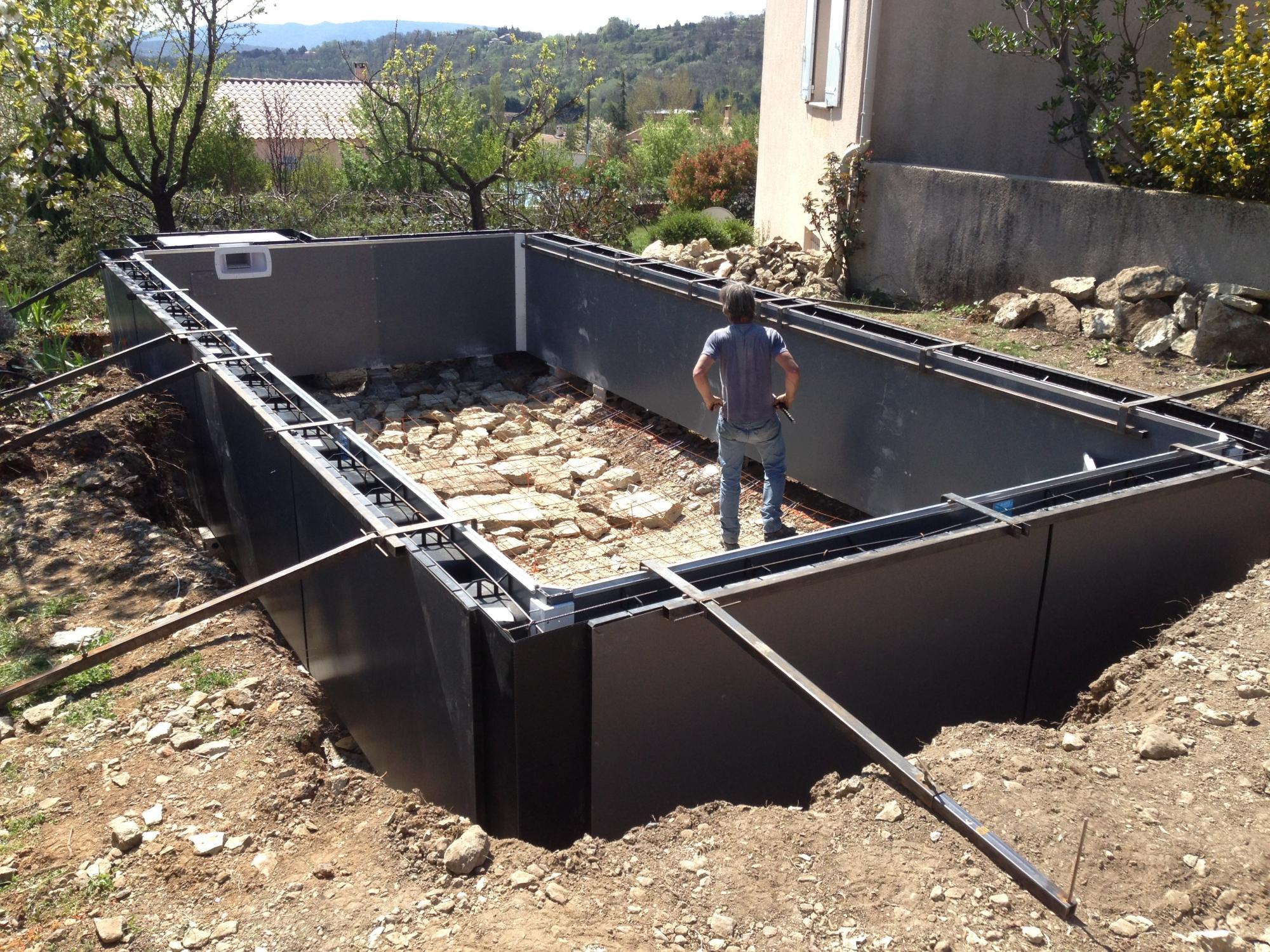 Construction Piscine Béton Semi-Enterrée Par Aquarev ... dedans Piscine Semi Enterrée Beton