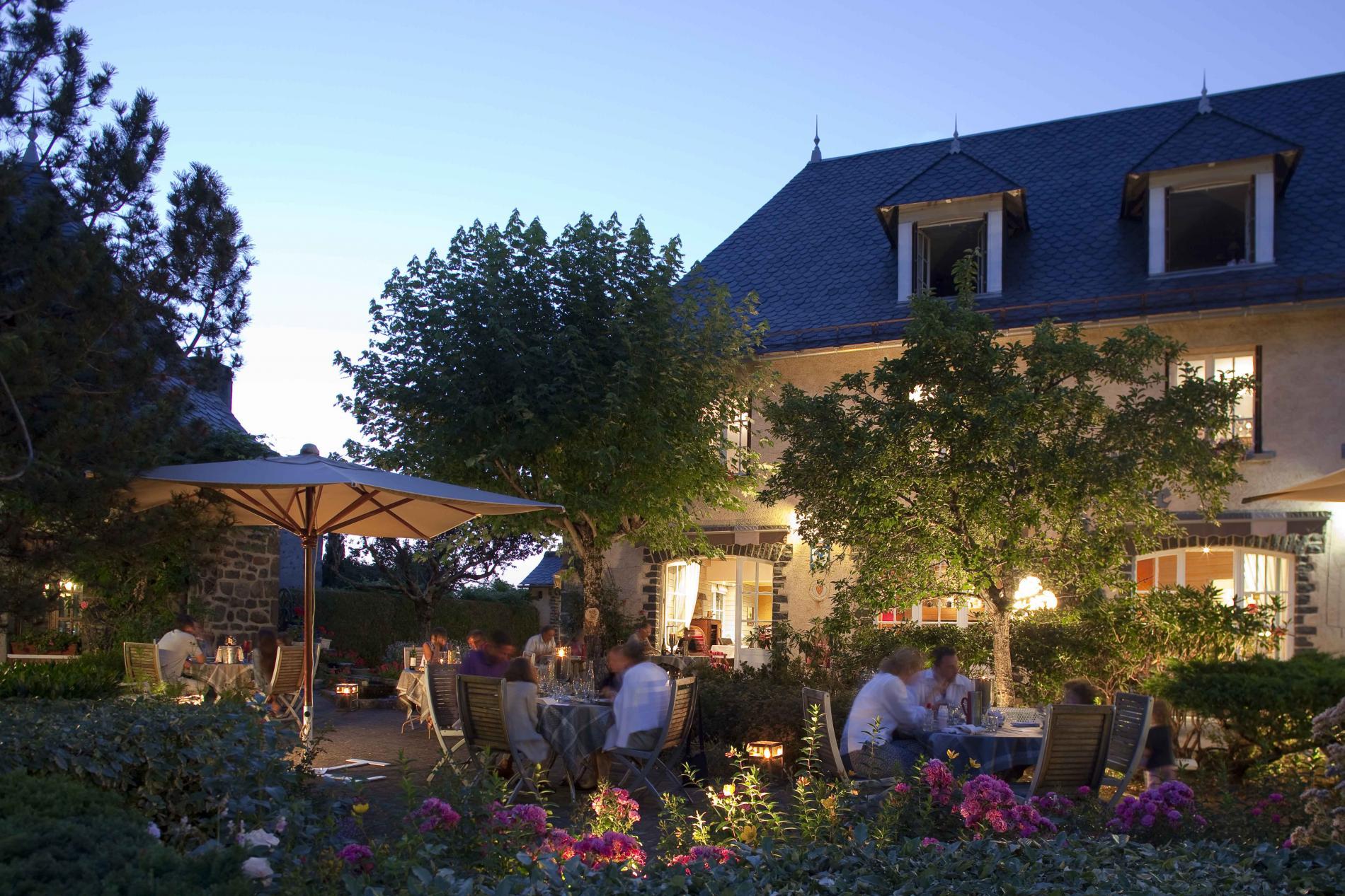 ∞Logis Hôtel*** À Salers Au Pied Des Monts Du Cantal   Le ... à Hotel Avec Piscine Privée Dans La Chambre France