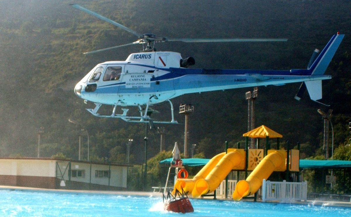 File:helicoptere Bombardier D Eau Italie.jpg - Wikimedia Commons serapportantà Piscine Bombardiere