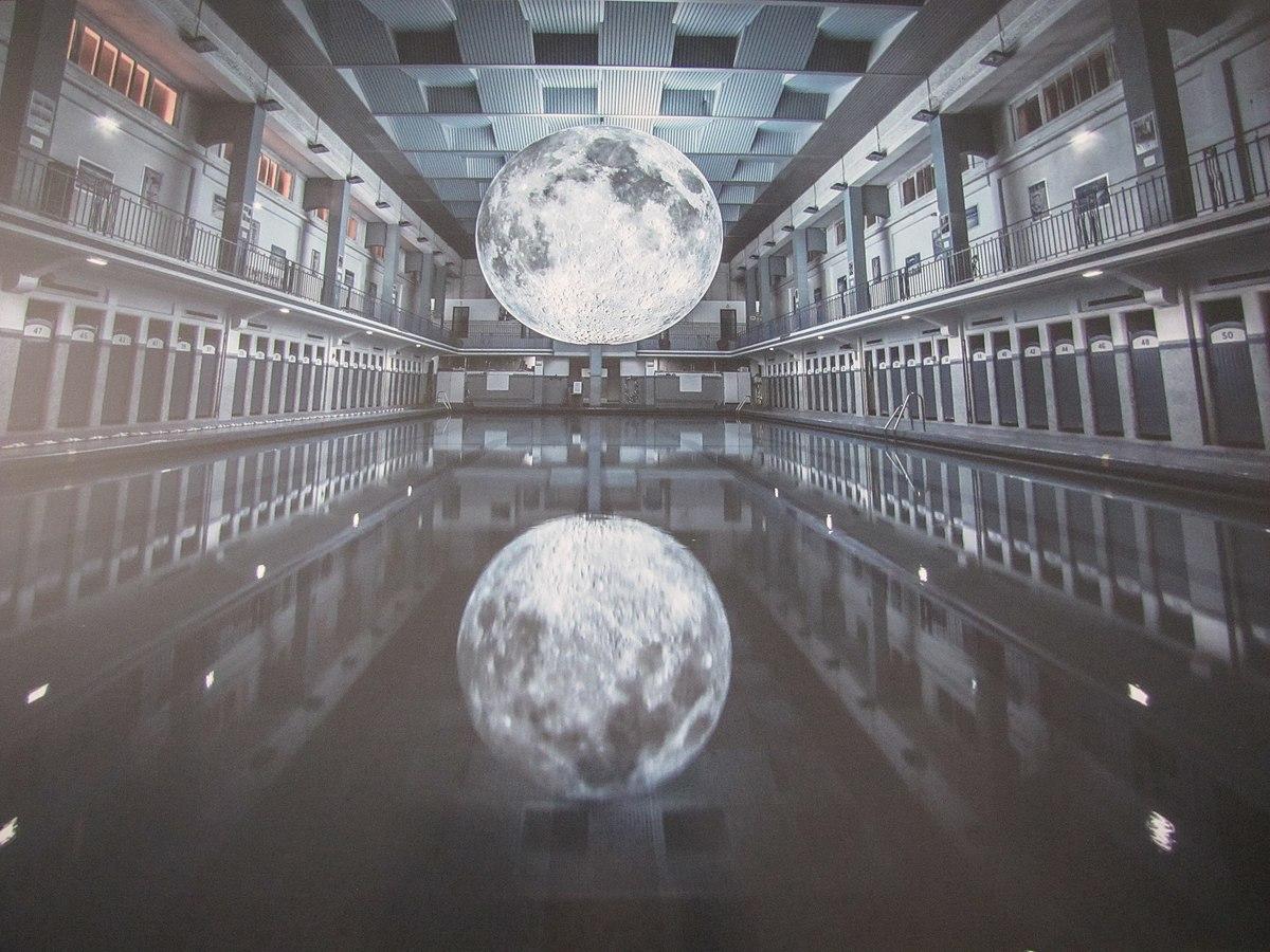 File:lune De L'artiste Luke Jerram Éclairant La Piscine St ... à Piscine De Rennes