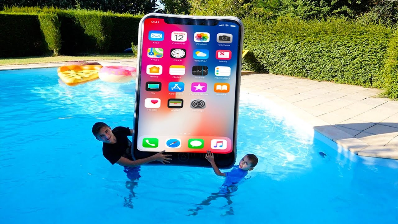 Iphone Géant Dans La Piscine ! - Kids Pretend Play With Big Iphone In Our  Swimming Pool pour Swan Et Neo Piscine
