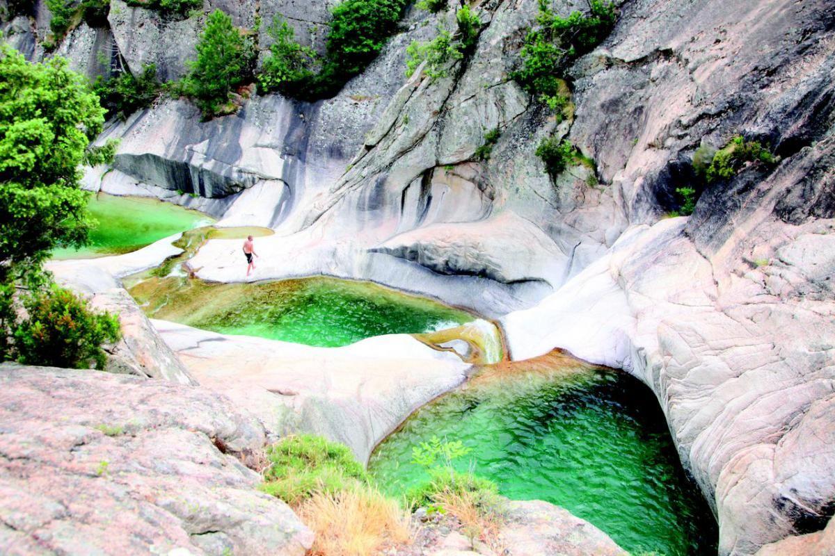Les Piscines Naturelles De Marbre Blanc Remplies D'une Eau ... tout Piscine Naturelle D Eau Chaude Corse Du Sud