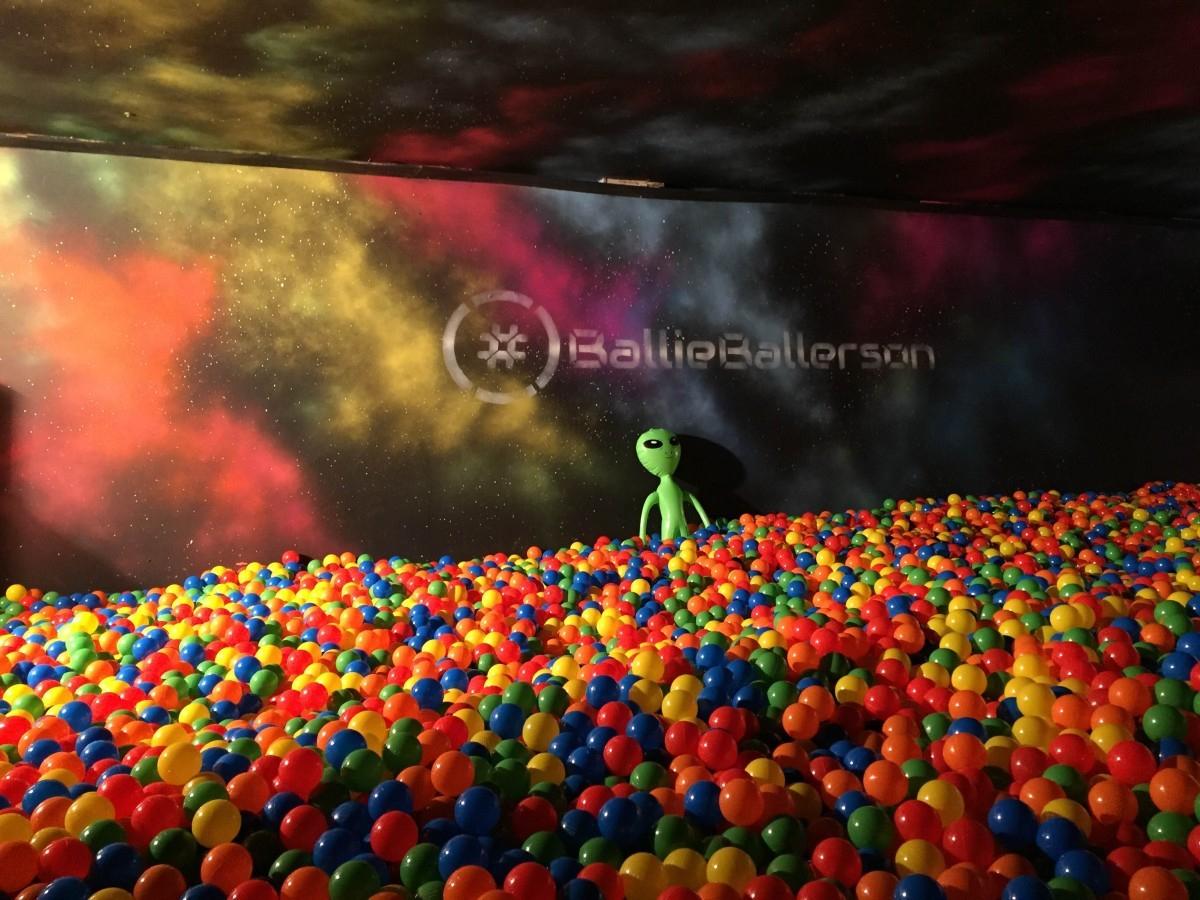 Londres : Un Bar Avec Une Piscine À Boules Géante Vient D ... tout Piscine A Balle Geante