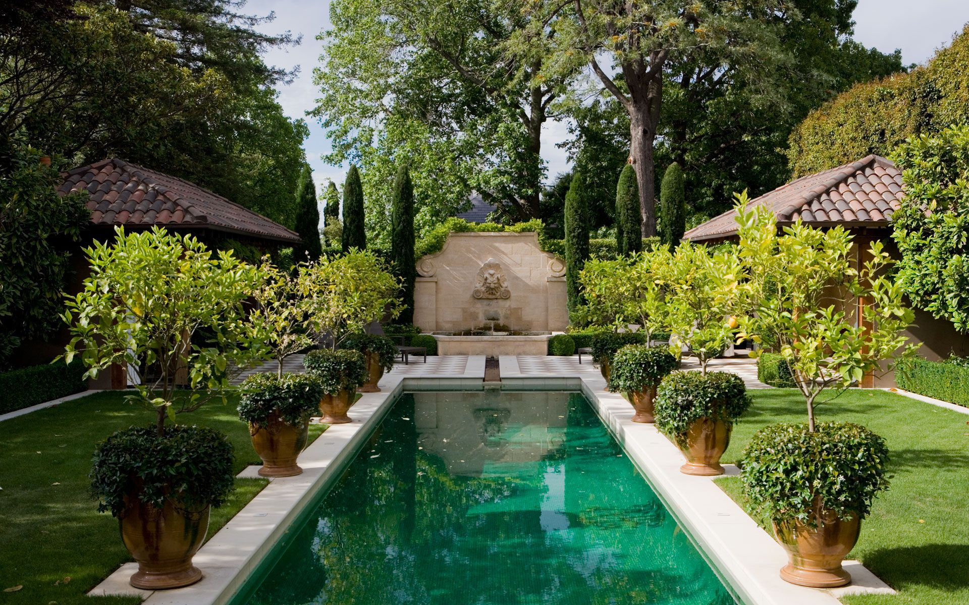 Love The Pots And The Fountain On The End Paul Bangay | Pool ... encequiconcerne Piscine Stuart Mill Avignon