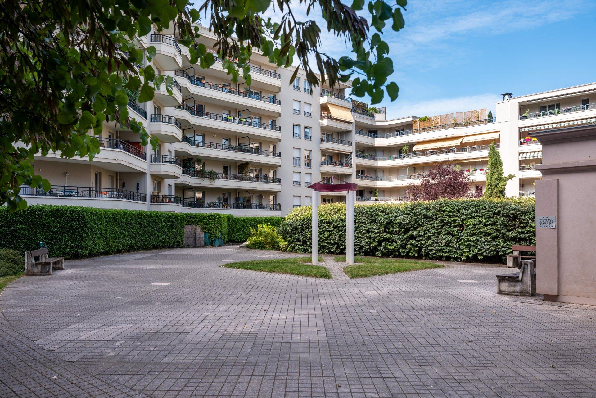 Lyon 3 -T4 92M² Balcon, Cave, Box Et Piscine serapportantà Piscine Lyon 3