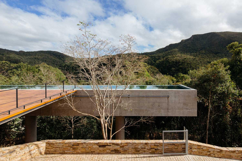 Maison À Flanc De Colline Avec Terrasse - 411 M² D ... destiné Piscine Suspendue