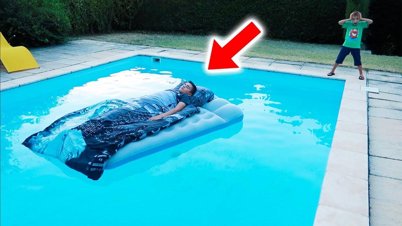Néo Met Son Lit Dans La Piscine ! - Neo's Bed In Our Swimming Pool pour Swan Et Neo Piscine
