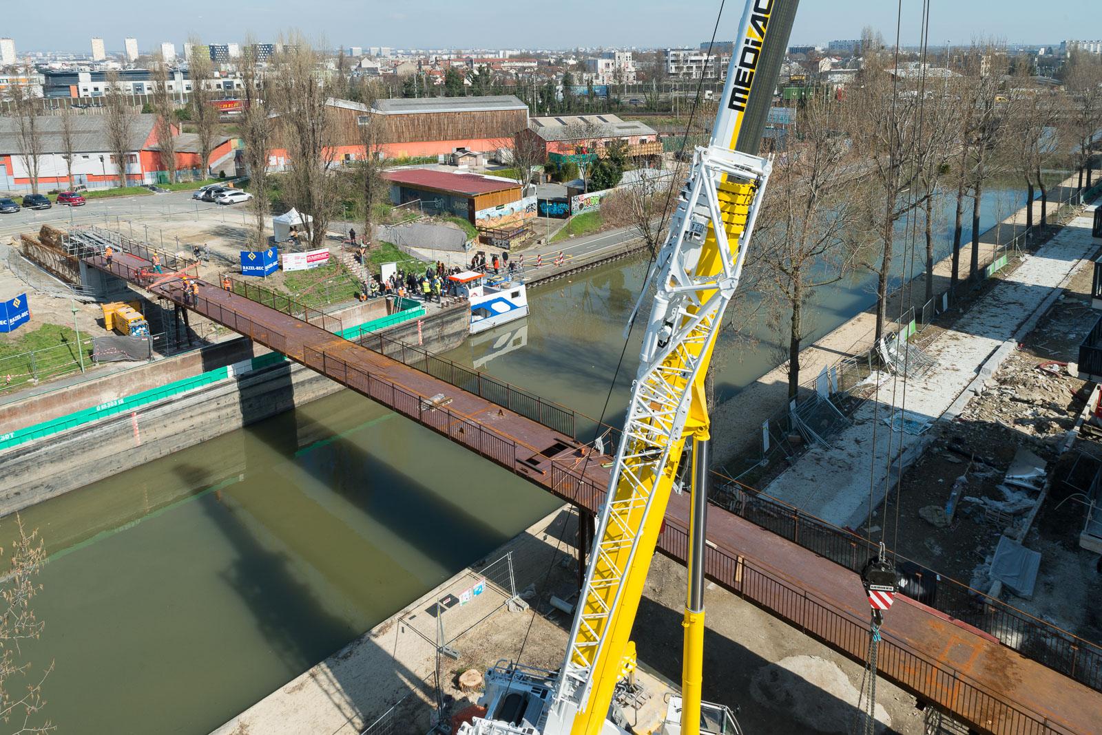 Passerelle Romy Schneider Au Dessus Du Canal De L'ourcq À ... à Piscine De Noisy Le Sec