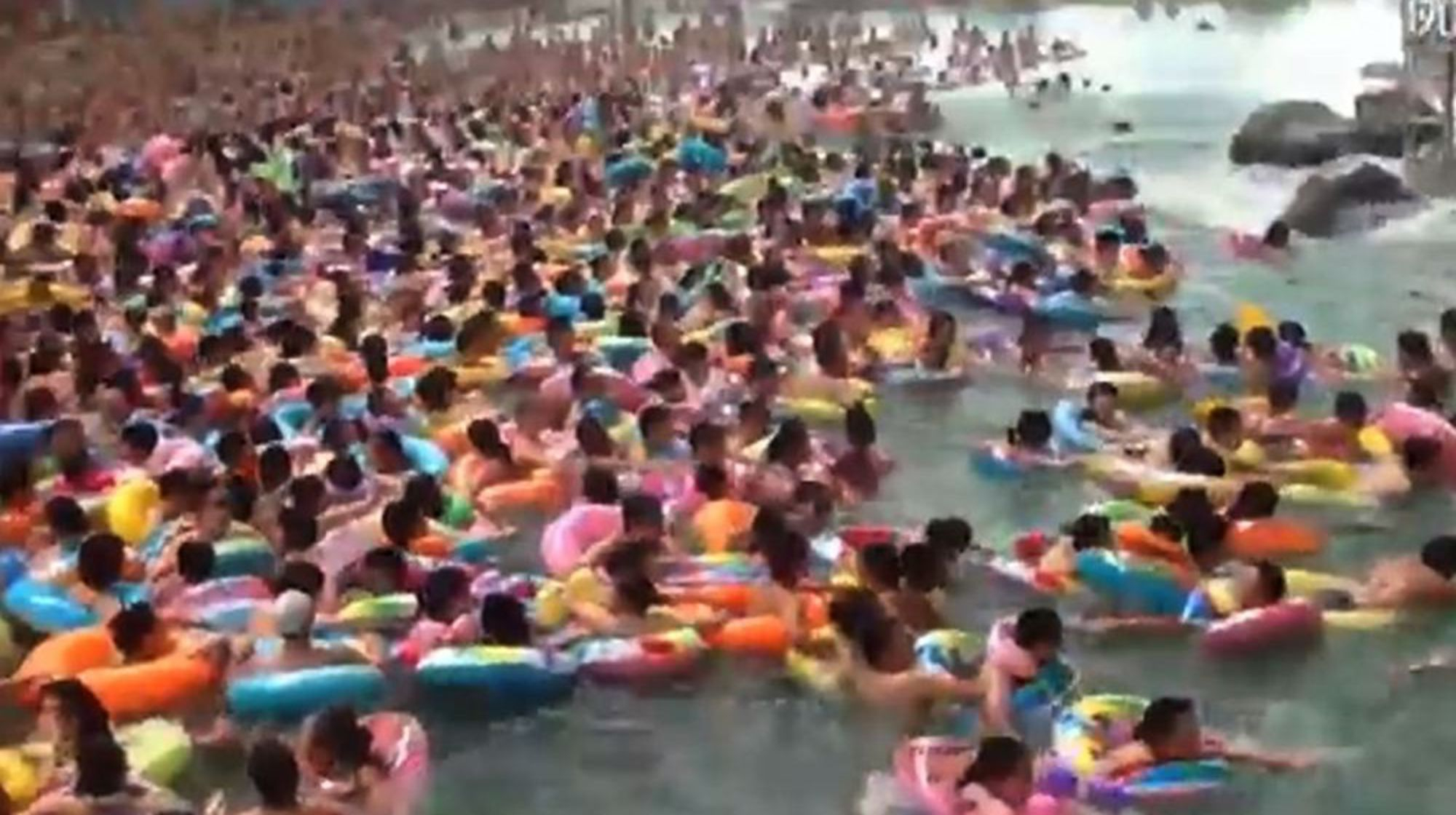 Piscine En Chine, Saut De Superman Et Steak Cuit Par Terre: Le Zapping  Insolite De La Rédac' à Piscine Chine