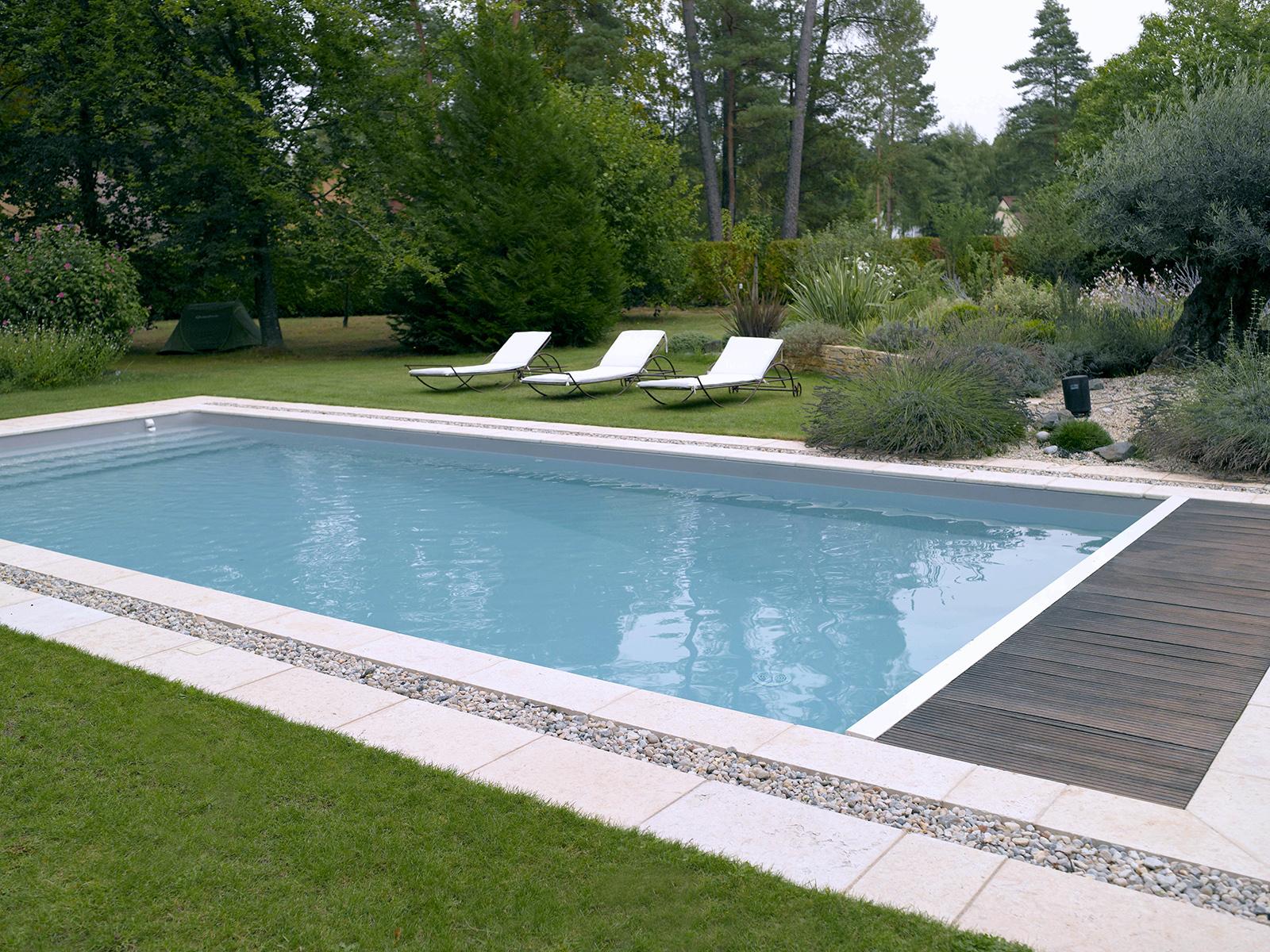 Piscine Familiale Avec Jardin Paysager | Piscines Carré Bleu à Piscine Chinon