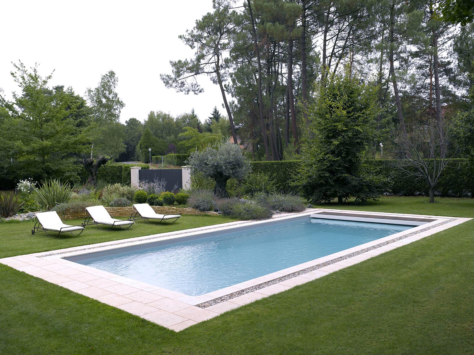 Piscine Familiale Avec Jardin Paysager | Piscines Carré Bleu encequiconcerne Piscine Chinon