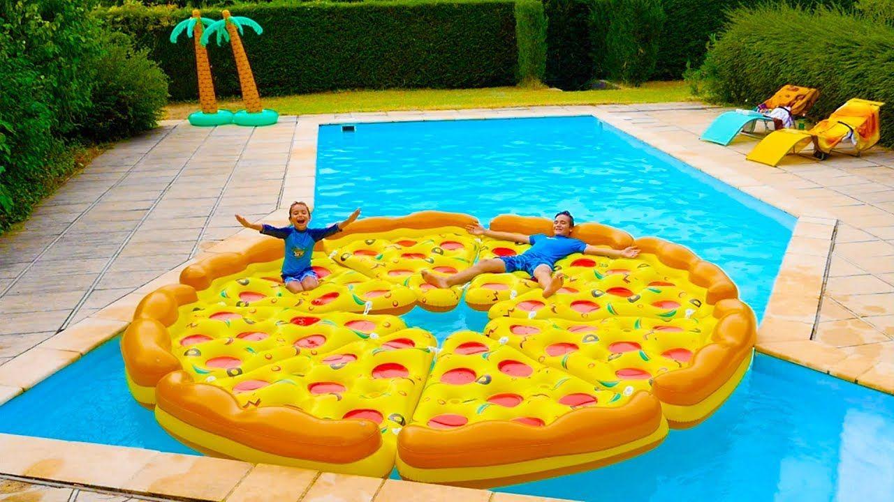 Pizza Géante Dans La Piscine ! - Children Play With A Giant ... pour Swan Et Neo Piscine