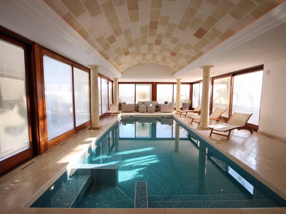 Spectaculaire Villa Avec Piscine Couverte À Son Blanc ... destiné Piscine Couverte Prix