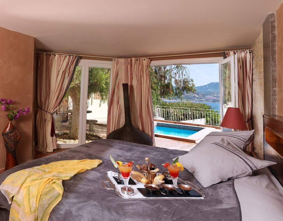 Suite Avec Petit-Déjeuner Sur Le Lit Et Vue Sur La Piscine ... intérieur Hotel Avec Piscine Privée Dans La Chambre France