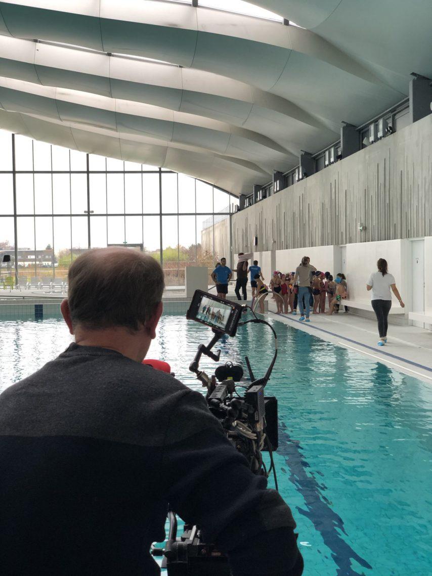 Un Téléfilm Est Tourné Dans Le Centre Aquatique Du Val D ... serapportantà Piscine Bailly Romainvillier