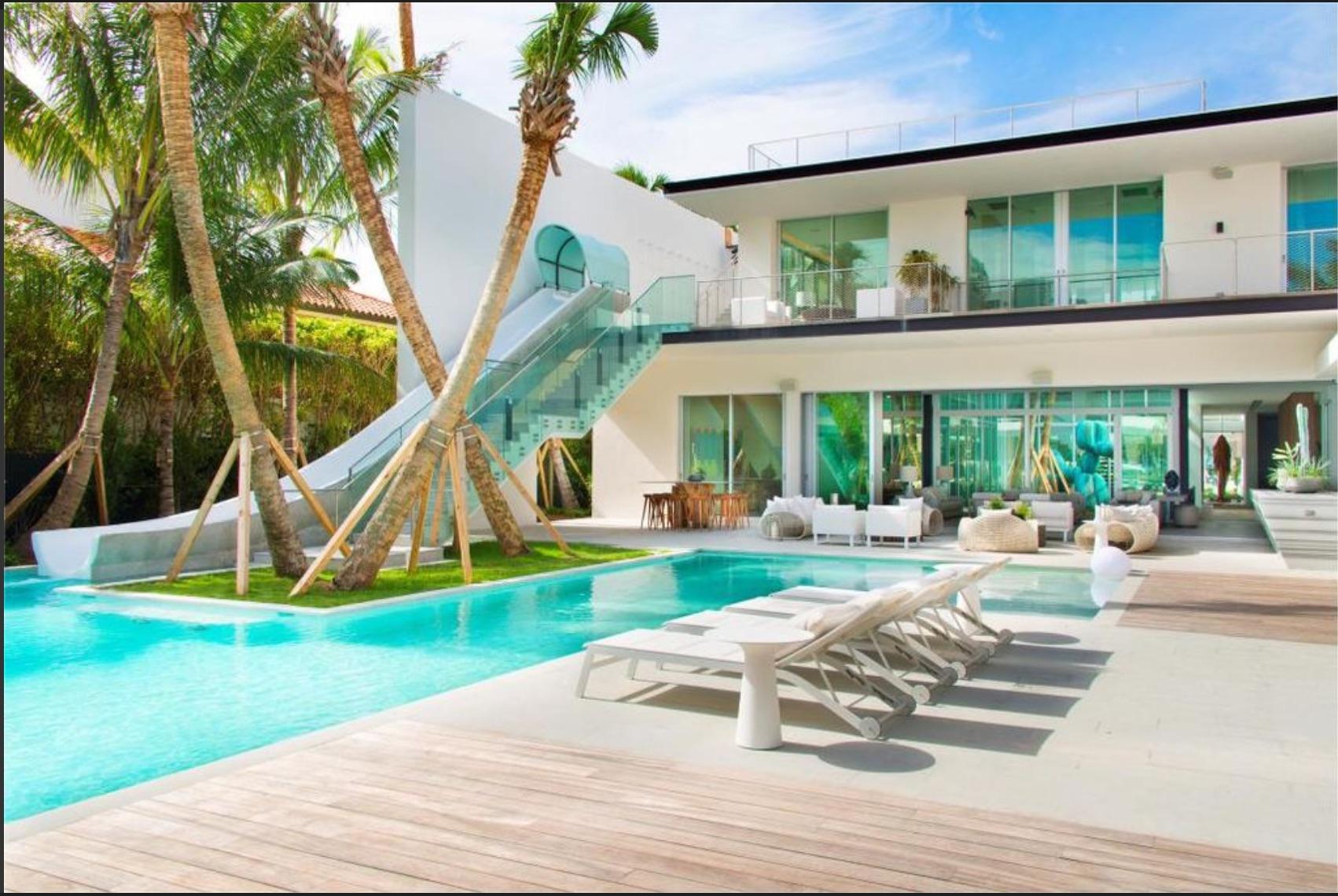 Une Somptueuse Villa Au Design Moderne Avec Un Toboggan De ... destiné Toboggan Piscine Particulier
