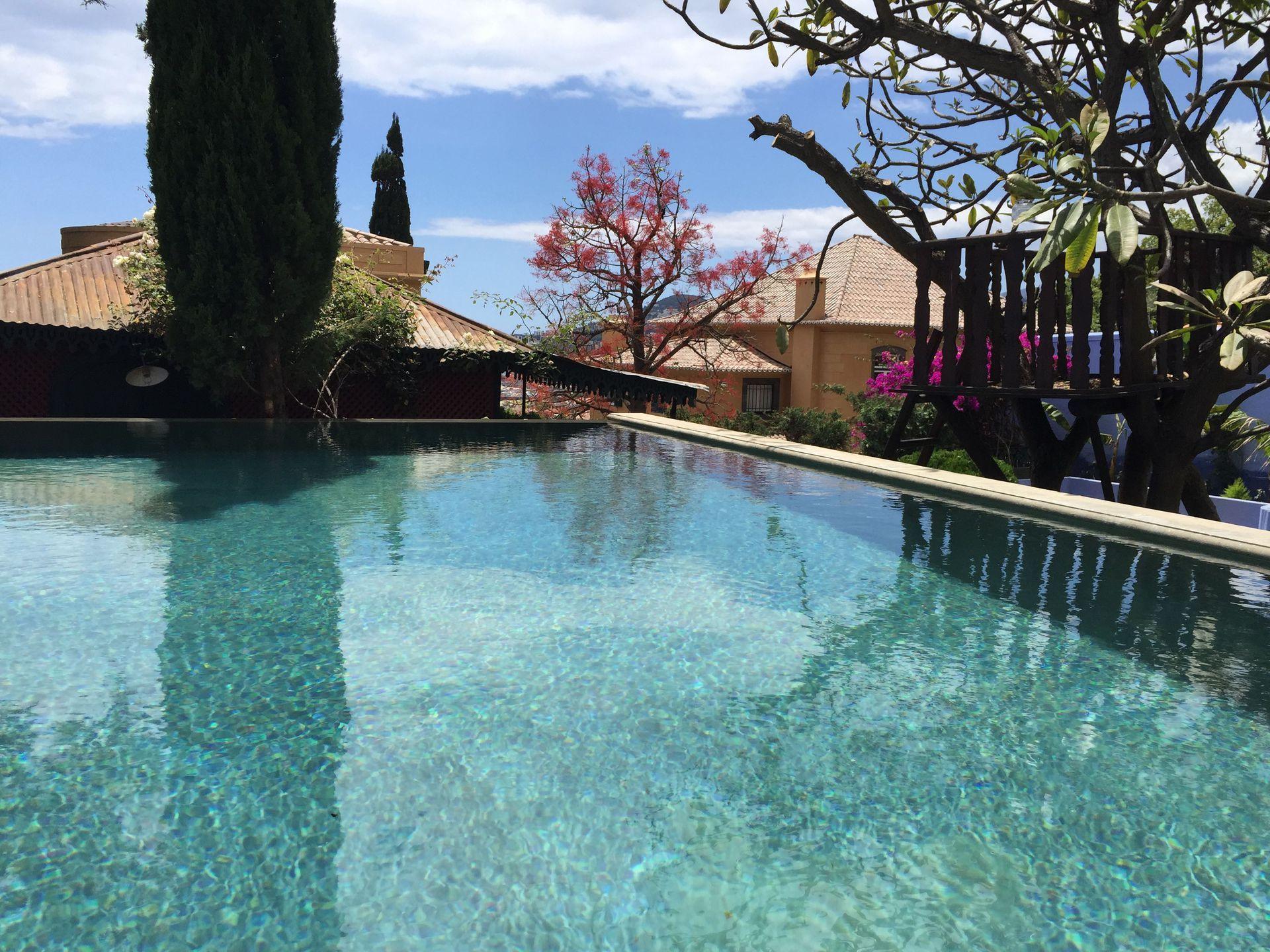 Villa Avec Piscine Au Bord De L'eau À #funchal #homeexchange concernant Self Piscine