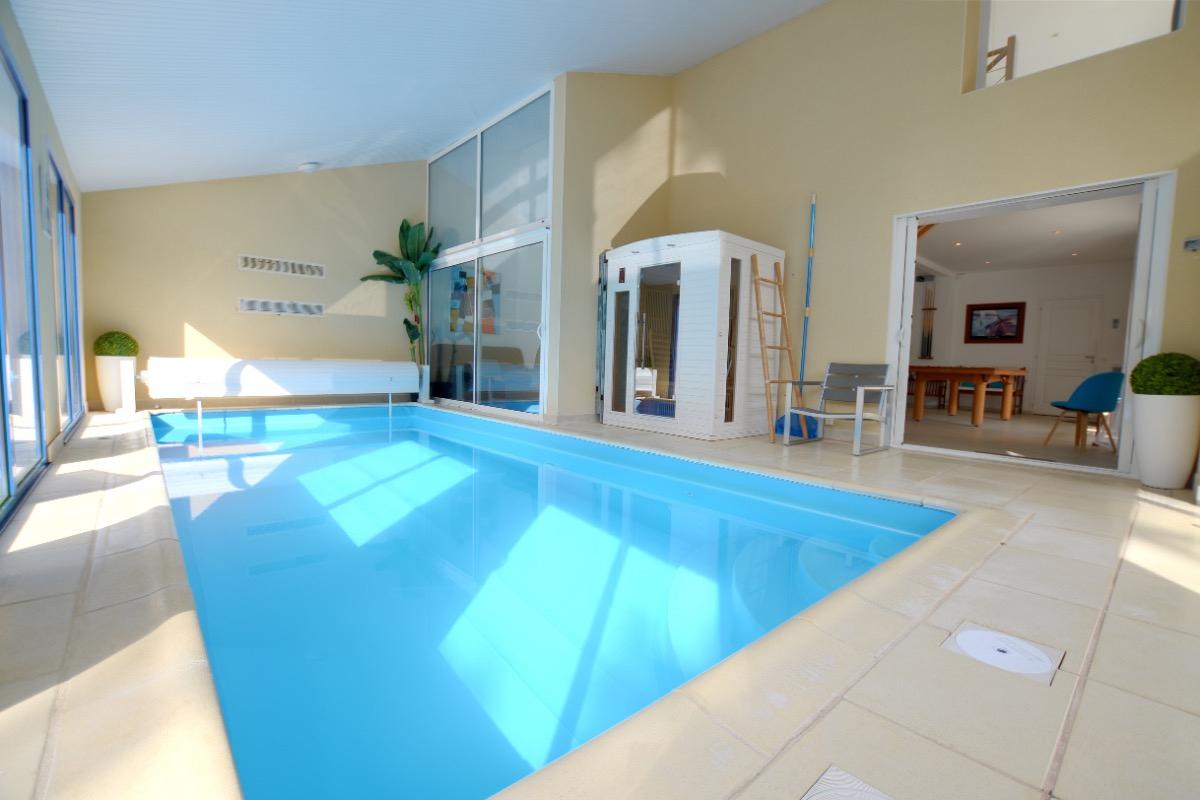 Villa Avec Piscine Intérieure Pour 12 Personnes À 30M De La ... destiné Location Maison Piscine Intérieure