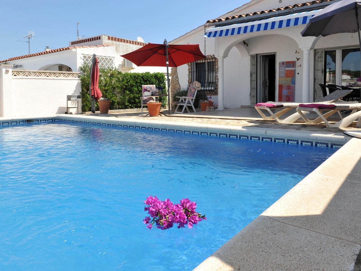 Villa De Style Espagnol Avec Piscine Et Chaines ... intérieur Villa En Espagne Avec Piscine