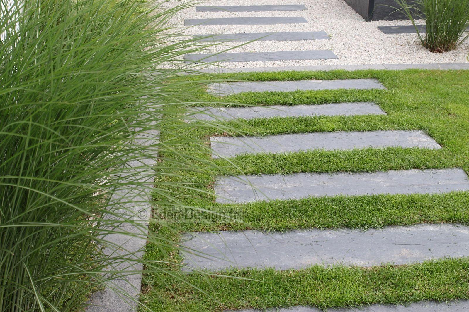 Allée De Jardin En Pas Japonais En Ardoise. L'allée Passe Du ... encequiconcerne Allee De Jardin
