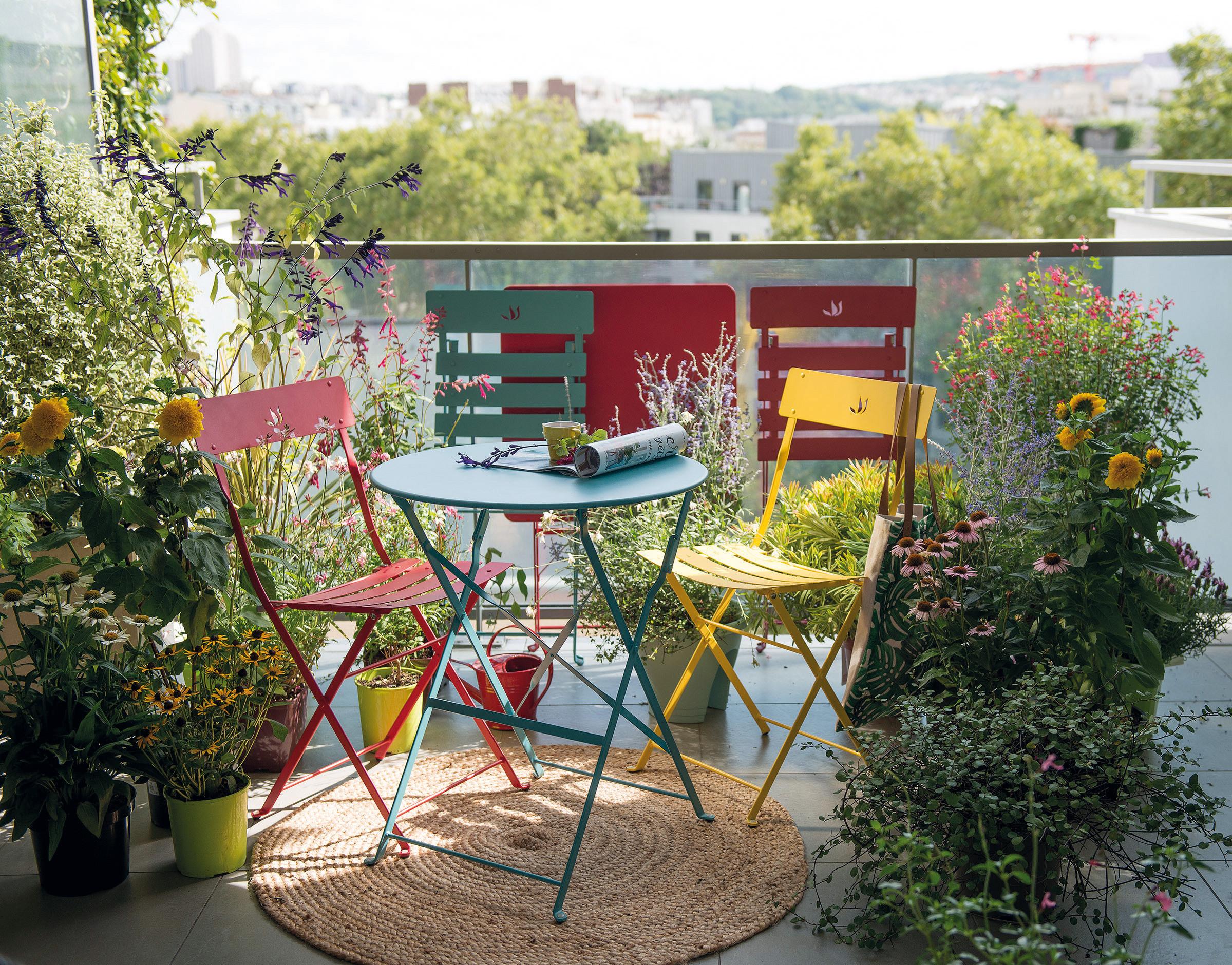 Embellir Son Balcon En Installant Des Jardinières Et Des ... encequiconcerne Amanager Un Petit Jardin
