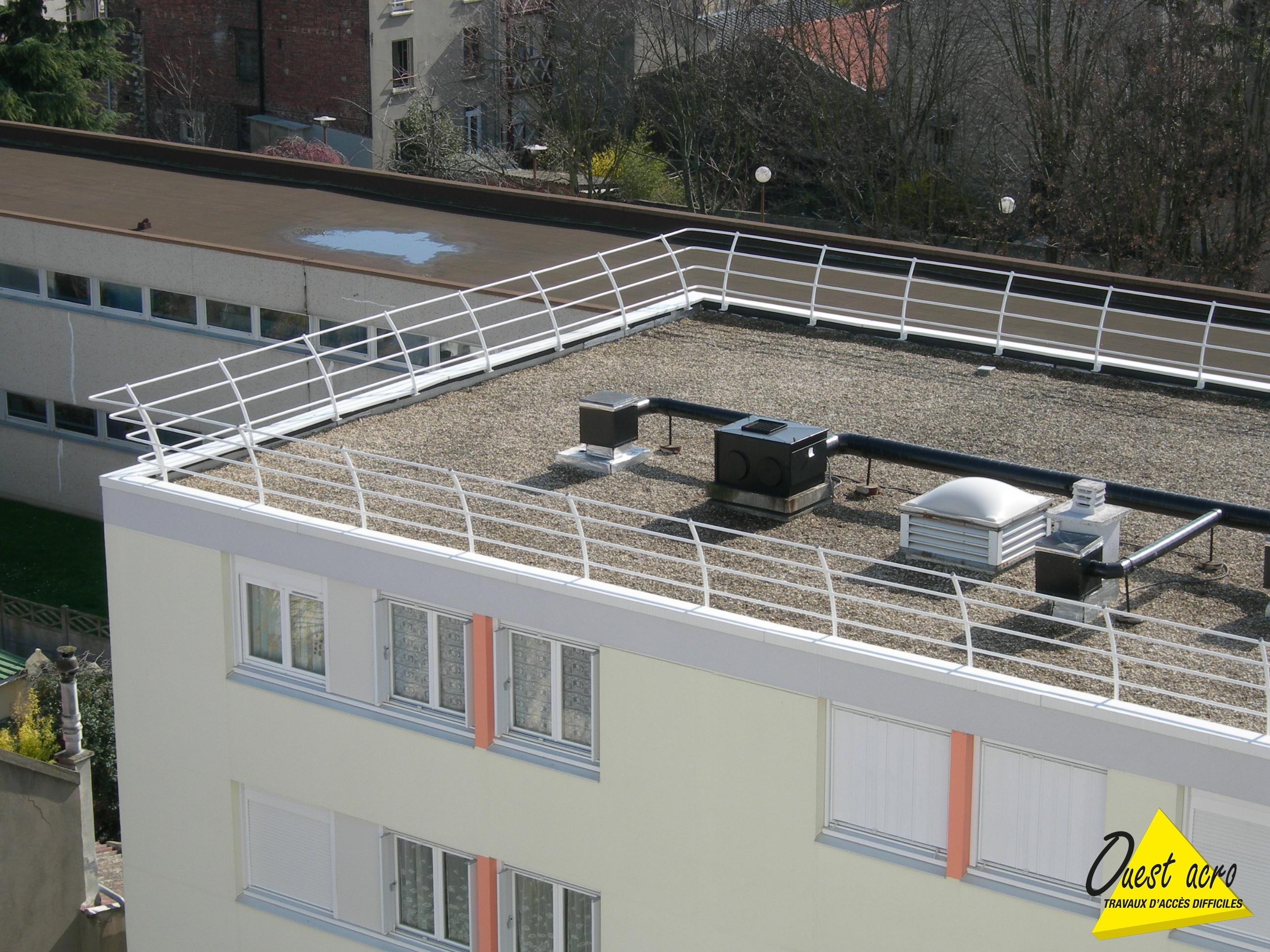 Photo Mise En Place De Protection Collective Sur Toiture ... à Acces Toit Terrasse