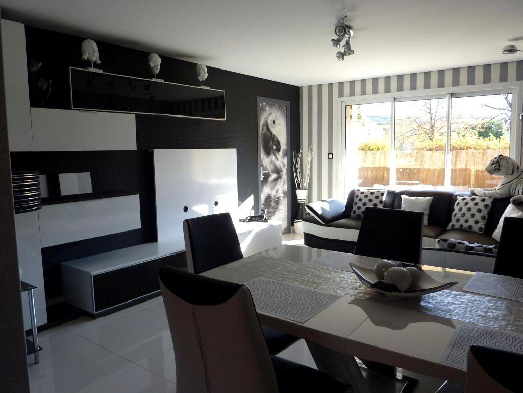 Salon Moderne Noir Et Blanc Avec Canape Noir | Décoration ... concernant Salon Gris Et Blanc