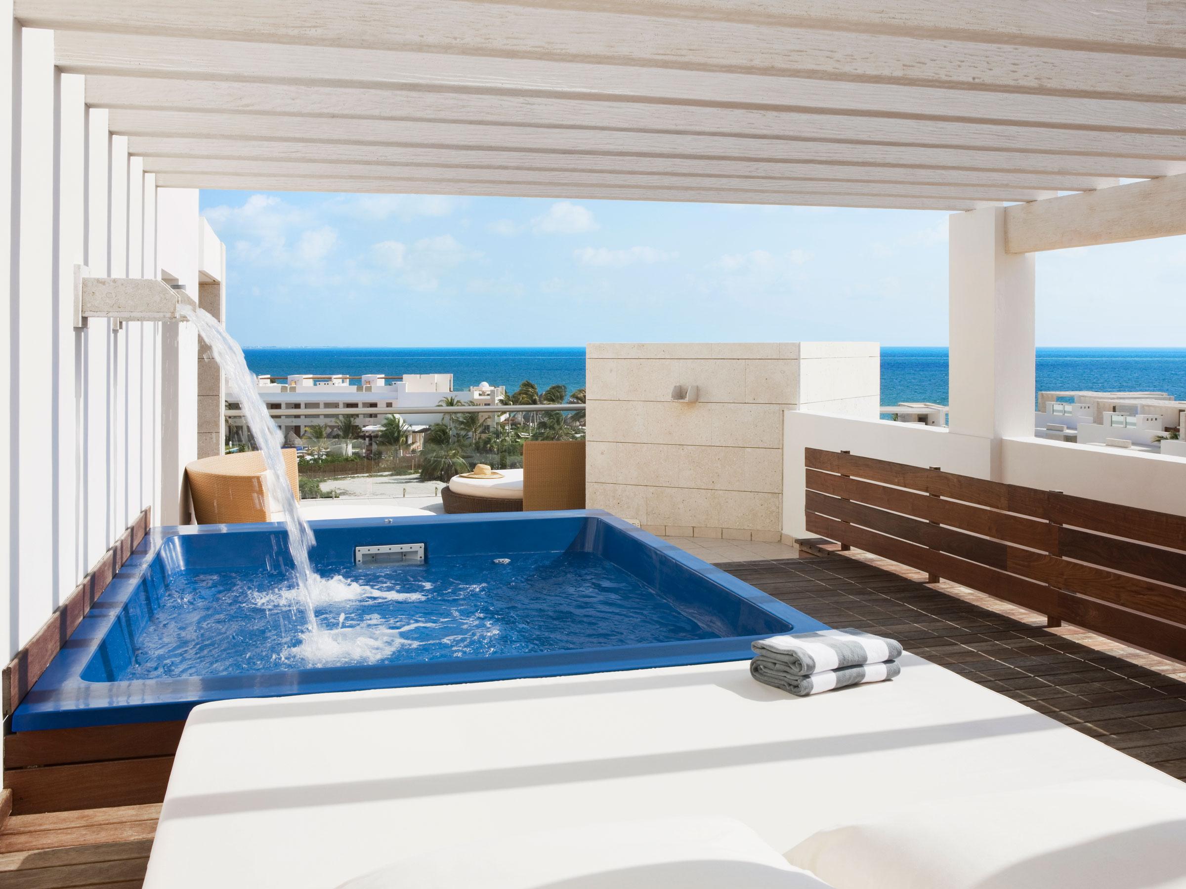 Suite Avec Terrasse Et Bassin De Plongeon | Suites | Beloved ... destiné Terrasse Avec Piscine