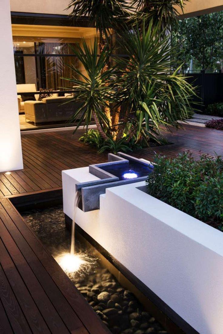 Terrasse En Bois Composite Avec Des Palmiers Et Fontaine En ... à Terrasse Bois Composite